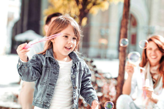 Dziecko i bańki mydlane