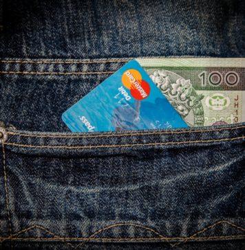 Karta i gotówka w kieszeni