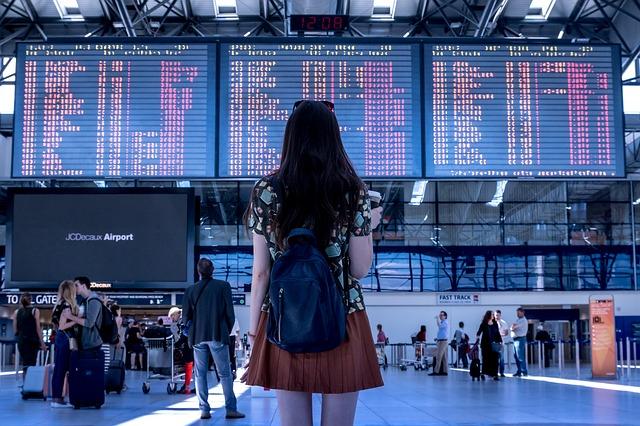 Kobieta w hali odlotów