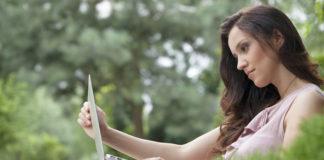 Kobieta z laptopem w parku