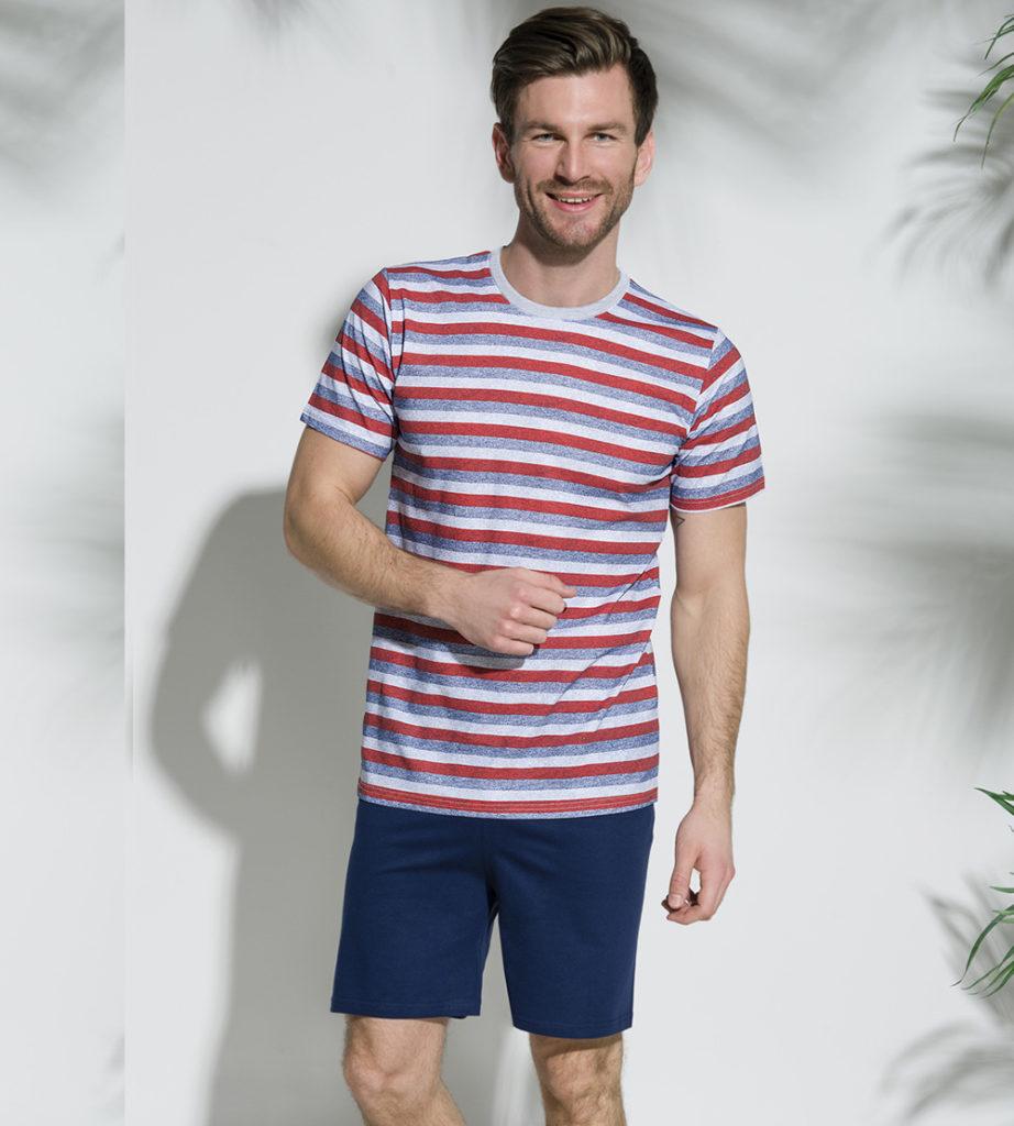 Mężczyzna w piżamie w paski