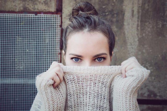 Kobieta zakrywa twarz