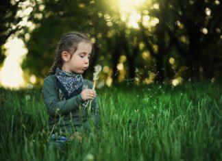 Dziecko wśród traw