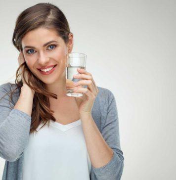 Kobieta uzupełnia elektrolity
