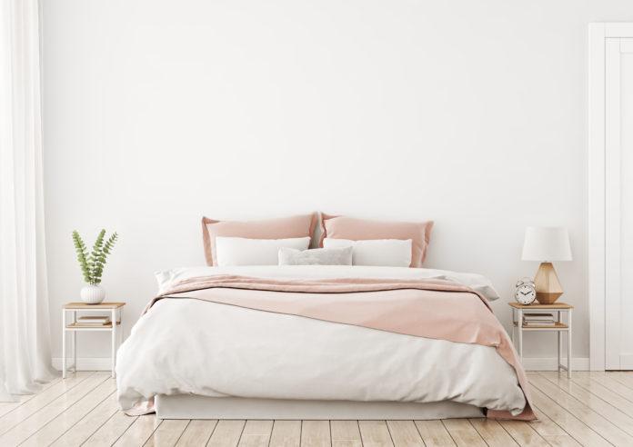 Łóżko w jasnej sypialni