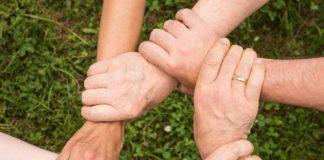 Ręce splecione razem