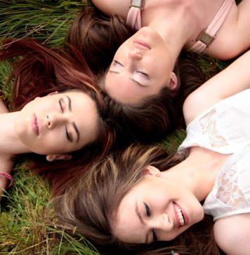 Trzy dziewczyny na trawie