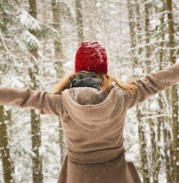 Kobieta w czapce w zimie