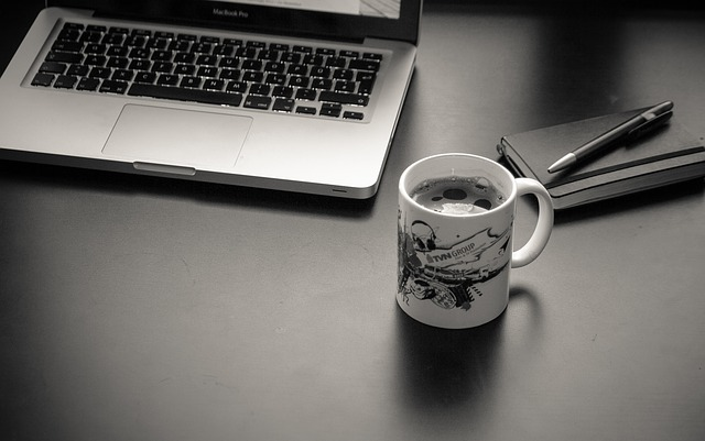 Biurko, komputer i kawa