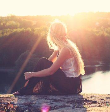 Kobieta siedzi w słońcu