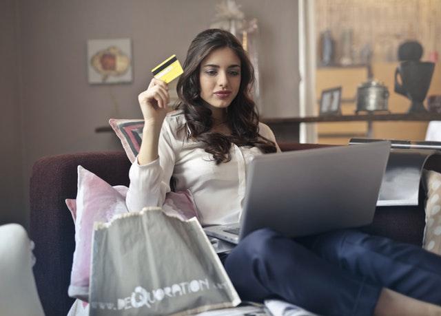 Kobieta robi zakupy w sieci