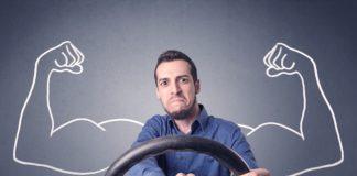 Mężczyzna z kierownicą trąbi