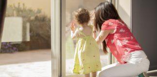 Matka z córką patrzą przez okno
