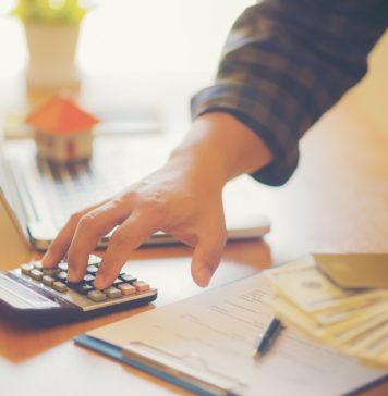 Mężczyzna liczy koszty pożyczki