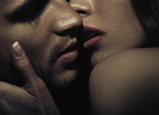 Para przytula się i całuje