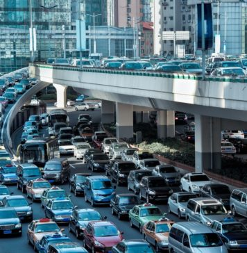 Zakorkowana ulica w dużym mieście