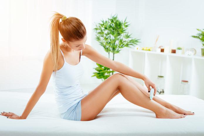 Kobieta depiluje nogi