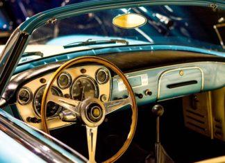 Zdjęcie wnętrza zabytkowego samochodu