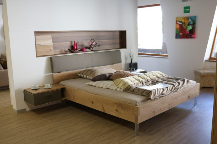 Łóżko w pokoju hotelowym