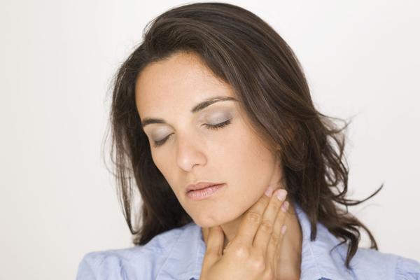 Kobieta z ostrym bólem gardła
