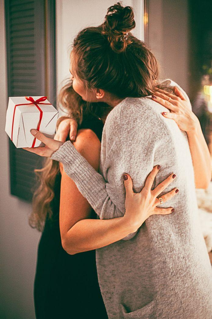 Mama otrzymuje prezent od córki