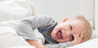 Radosne dziecko w pościeli