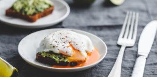 Tosty z guacamole i jajkiem przepiórczym w koszulce