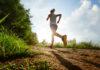 Kobieta z opaską odblaskową biegnie