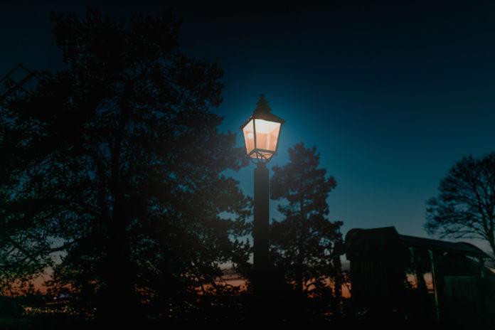 Lampa w ogrodzie nocą