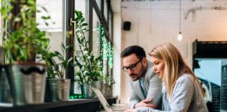 Dwoje ludzi szuka kredytu gotówkowego