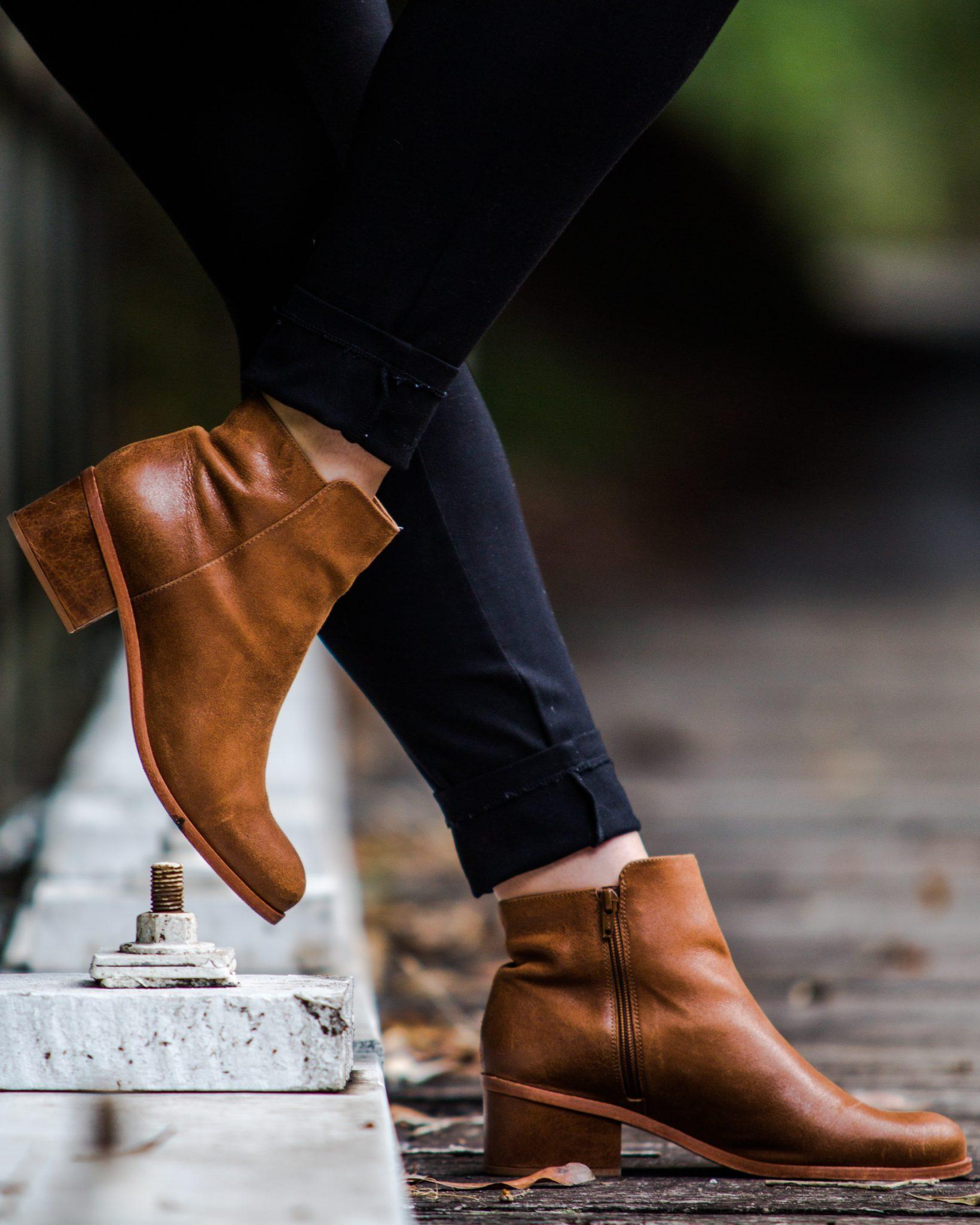 Kobieta w brązowych butach w plenerze