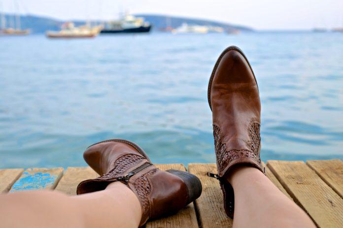 Kobieta w brązowych skórzanych butach