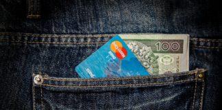 Karta i pieniądze w kieszeni