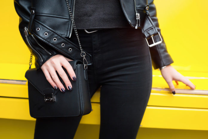 Kobieta ubrana w czerń