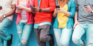 Młodzież z telefonem Huawei