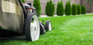 Kosiarka na zielonym trawniku