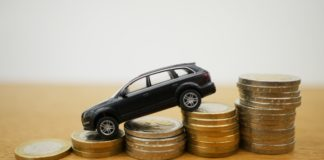 Samochód zjeżdża po monetach
