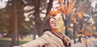 Szczęśliwa kobieta jesienią
