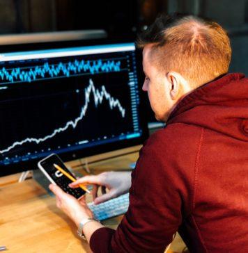 Giełda kryptowalut mężczyzna przed komputerem