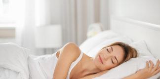 KObieta śpiąca na materacu piankowym