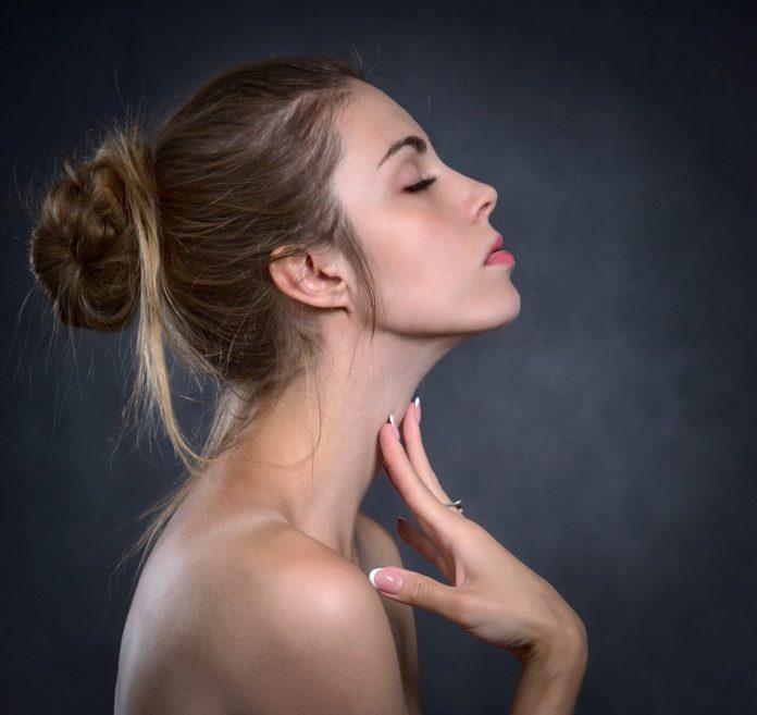 Piękna i zadbana dziewczyna prawy profil
