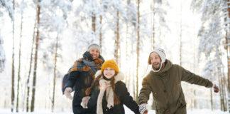 Rodzina bawiąca się na śniegu