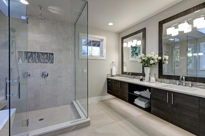 Przestronna łazienka z kabiną prysznicową