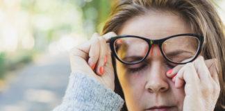 Kobieta pocierająca oko