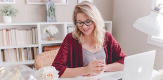 Kobieta obliczająca kredyt konsolidacyjny