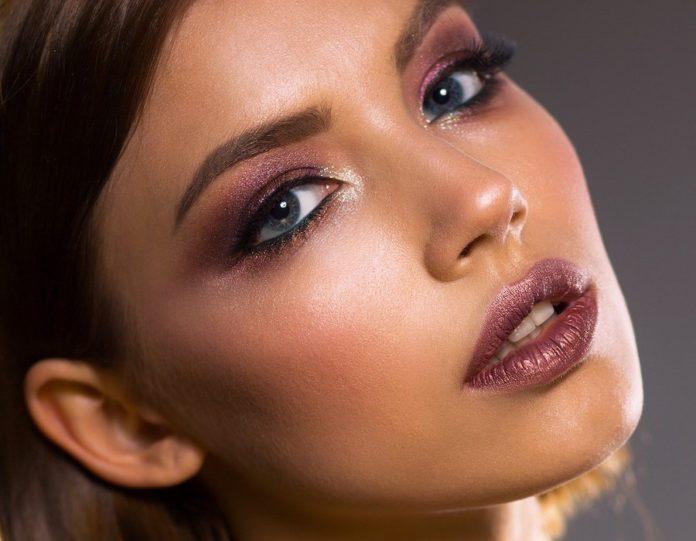 Kobieta w pięknym makijażu