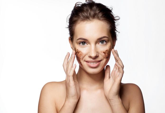 Kobieta wykonująca peeling twarzy