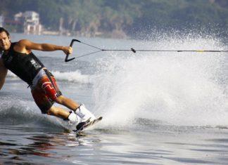 Mężczyzna w butach narciarskich na nartach wodnych