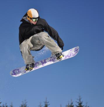 Mężczyzna skaczący na snowboardzie