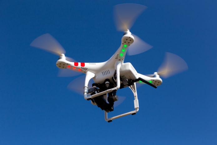 Niewielki biały dron z kamerą
